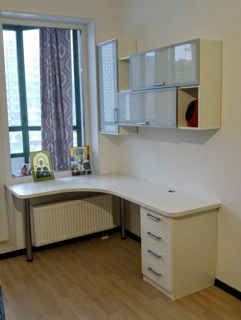 белый угловой стол со шкафчиками