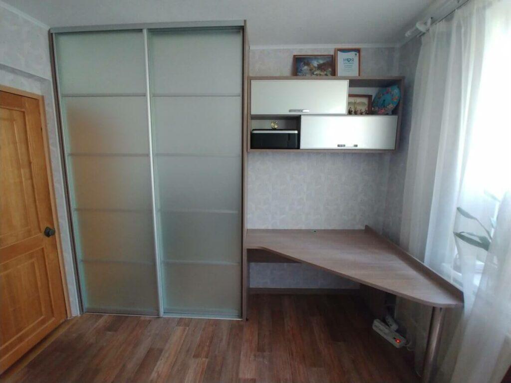 Угловой стол со шкафом купе на заказ