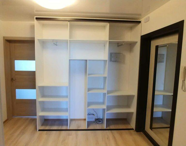 Шкаф встроенный в прихожей