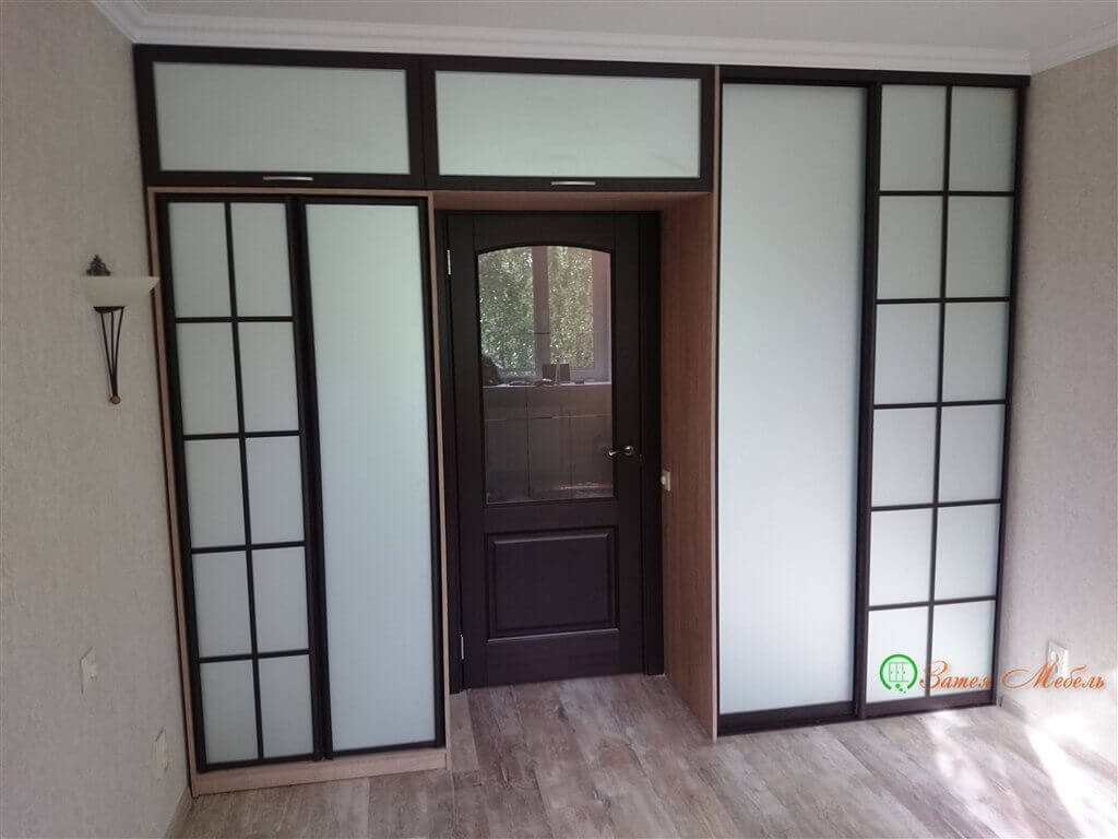 Встроенный шкаф вокруг двери